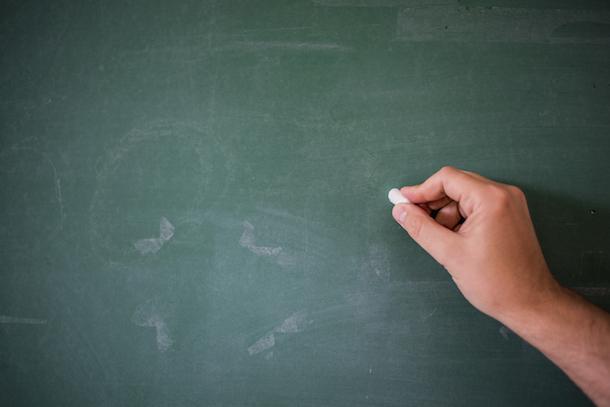 """<a href=""""http://it.freepik.com/foto-gratuito/lavagna-bianca-lavagna-scrittura-a-mano-sul-bordo-verde-del-gesso-che-tiene-il-gesso-grande-struttura-per-il-testo-mano-di-insegnante-tenendo-gesso-davanti-a-lavagna-vuota-scrittura-a-mano-con-copyspace-per-il-"""