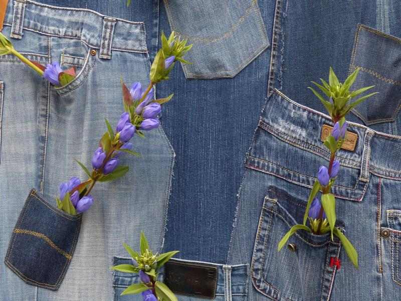 Blue jeans with flowers in the pocets